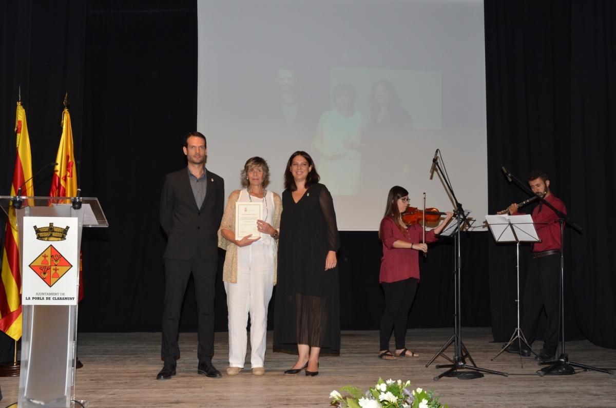 La guanyadora, al centre, entre el batlle Antoni Mabras i la regidora Montse Sanou
