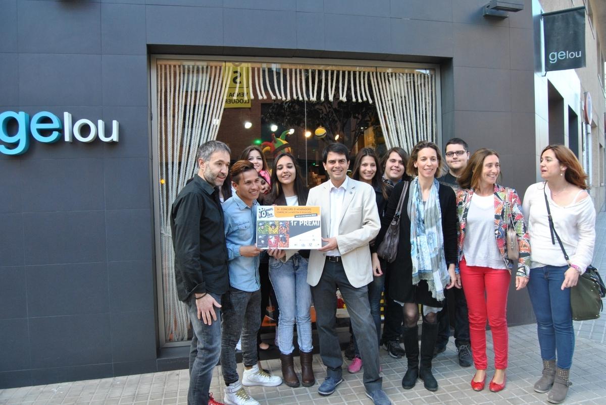 L'alcalde, amb el propietari i els alumnes i mestres del Milà