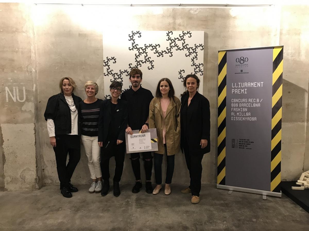 Els representants del Rec.0 i la Barcelona 080, amb el guanyador, al centre