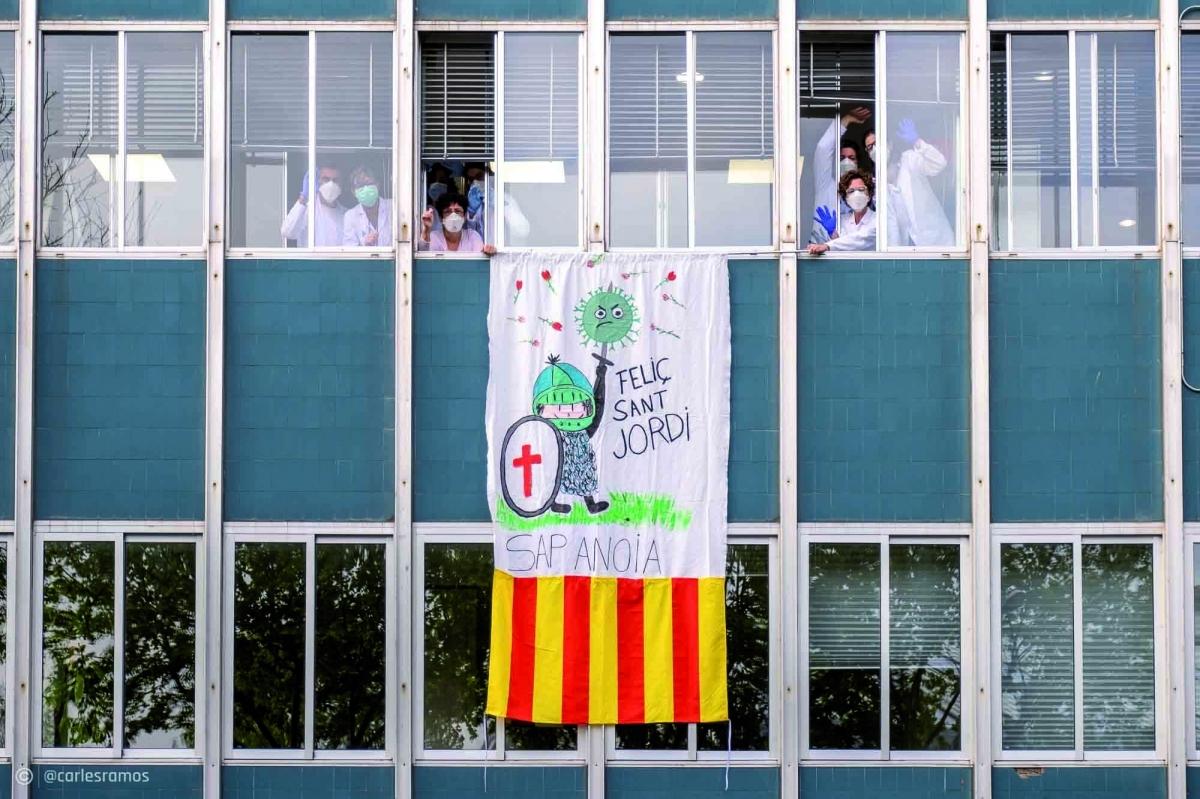 Metgesses i infermeres del SAP Anoia saluden des de les finestres el 23 d'abril, diada de Sant Jordi.