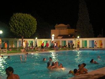 La piscina de Capellades, de nit - foto:capellades.net