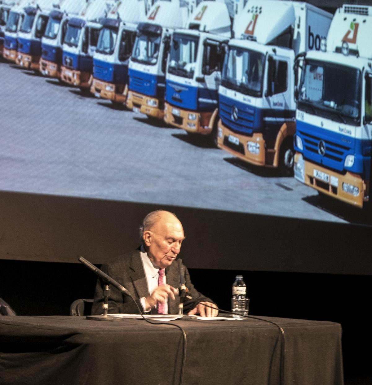 Alsina, amb una imatge a darrere de la flota de camions de Bon Àrea