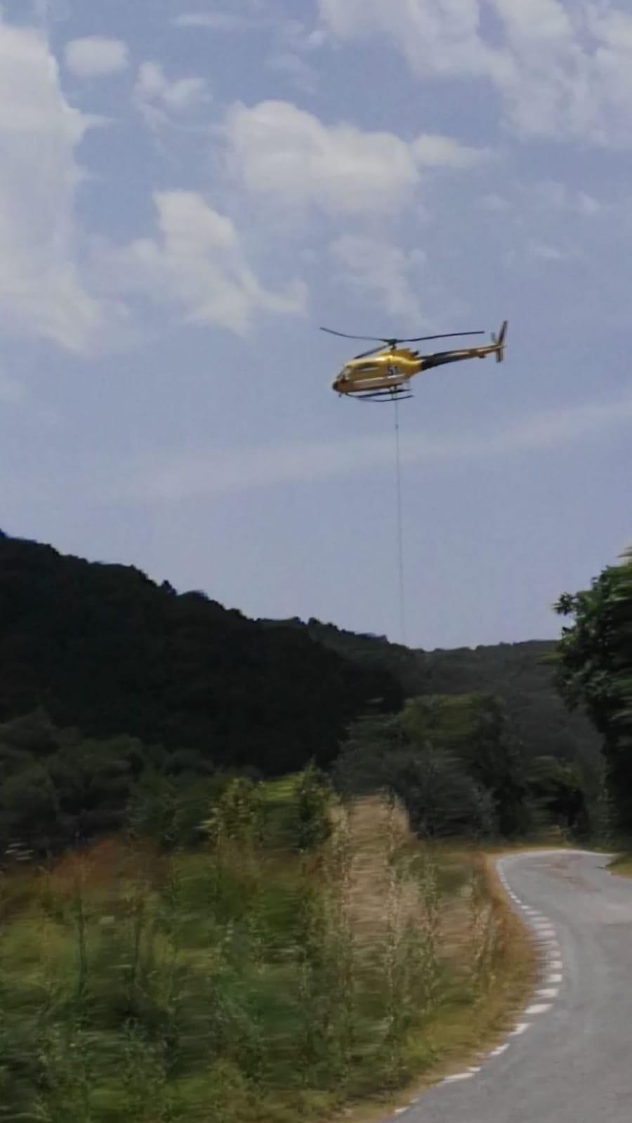 Els Bombers, en les tasques d'extinció a Argençola, diumenge passat FOTO: B. Roca