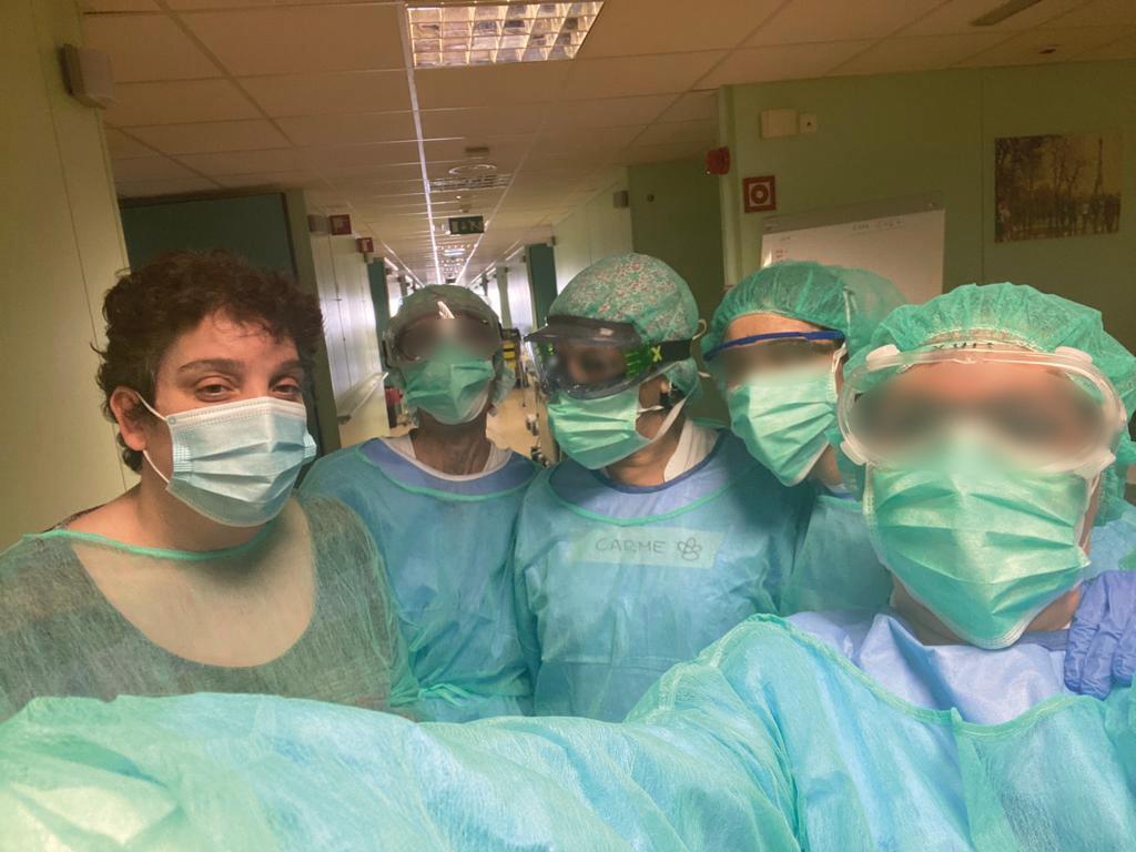 Les metgesses, infermeres i auxiliars acomiaden la Marga el dia que va rebre l'alta.