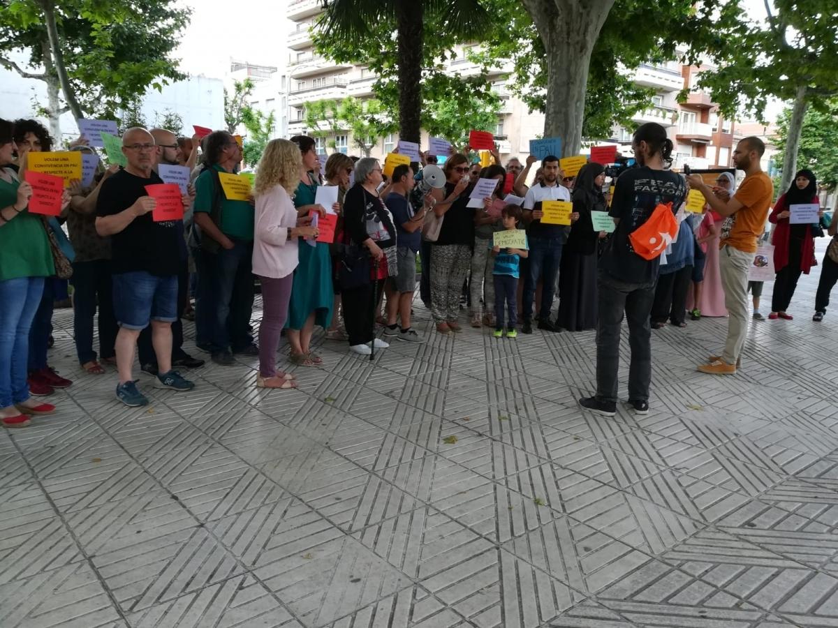 Desenes de persones, amb cartells de diferents colors, aquest dissabte