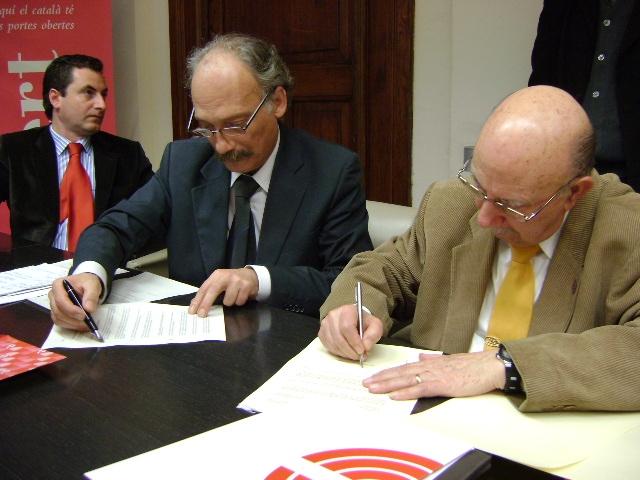 L'alcalde signant amb el president de la Confederació, Pere Llorens