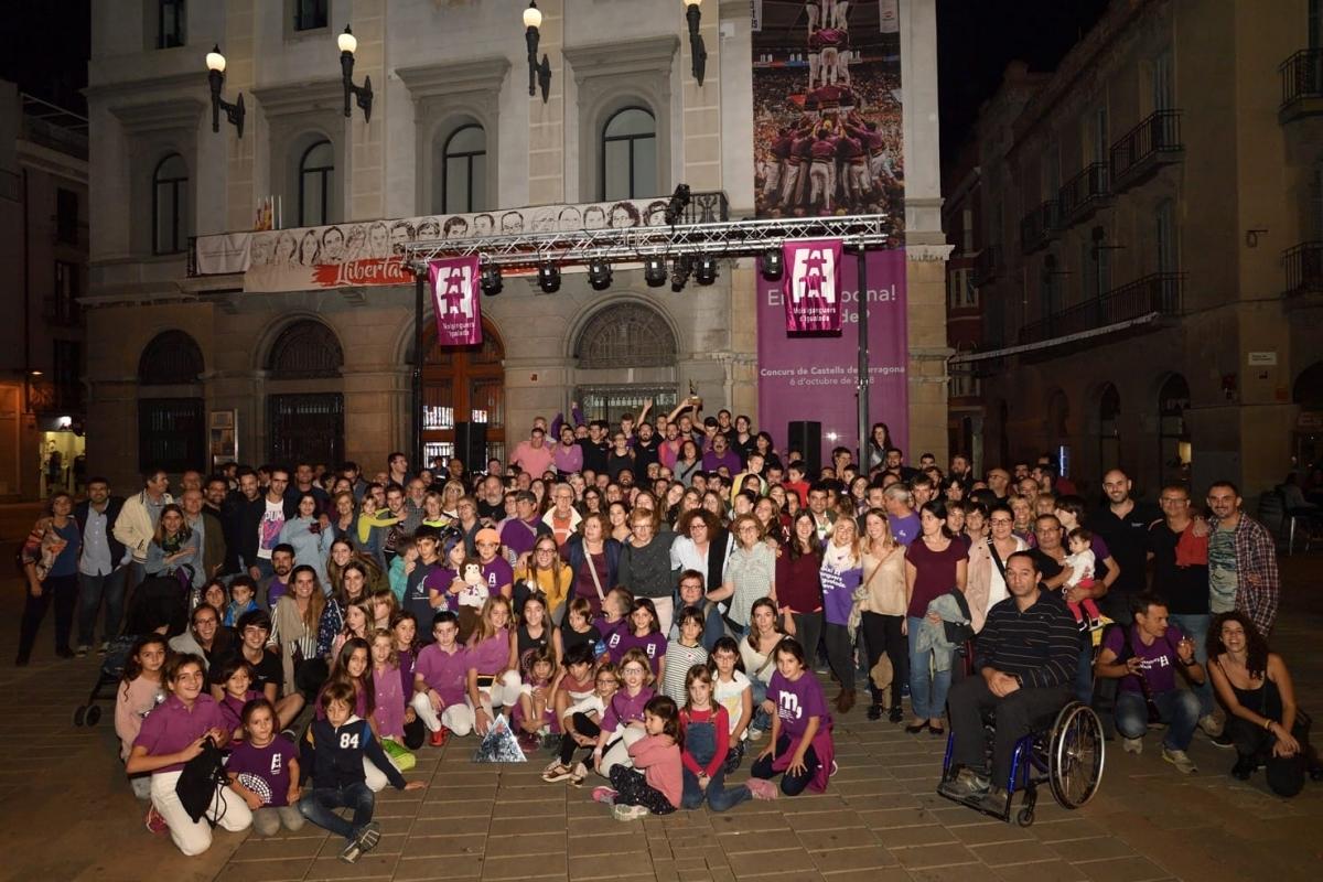 La foto de família davant l'Ajuntament, aquest dijous al vespre