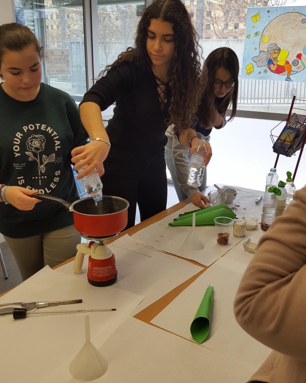 Una de les activitats experimentals fetes a les escoles de primària