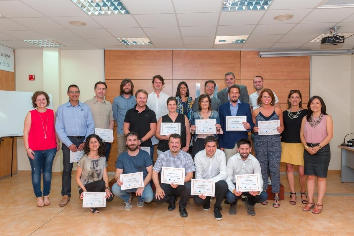 Els participants del curs, amb els seus diplomes, junt a l'equip de la UEA