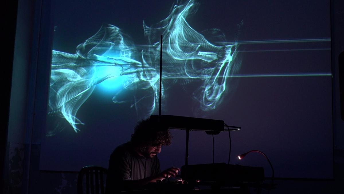 Carles Viarnés, amb les creacions visuals de Corral a darrere