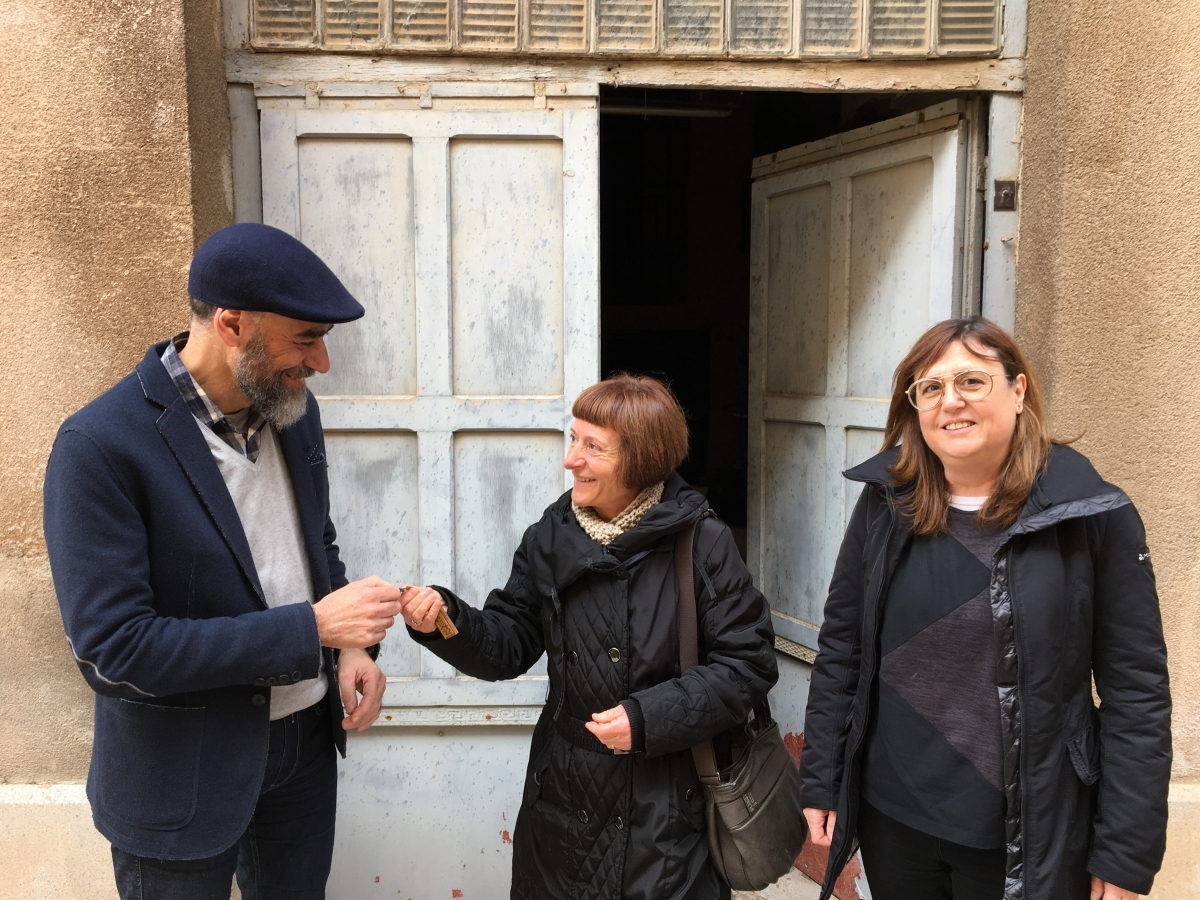 El batlle Jordi Badia en lliurar les claus de la botiga Ferreter del Tall