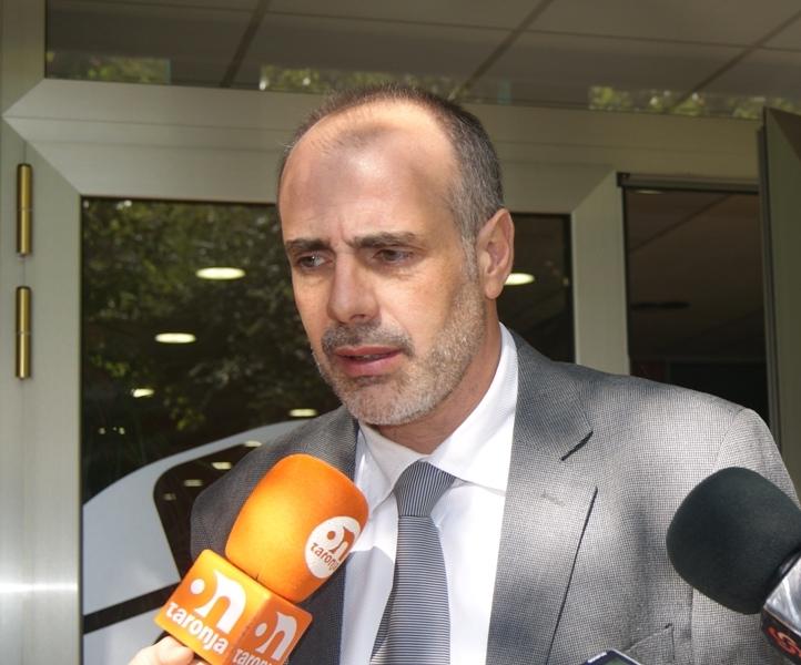 Joan Ridao, sortint de la reunió a la UEA