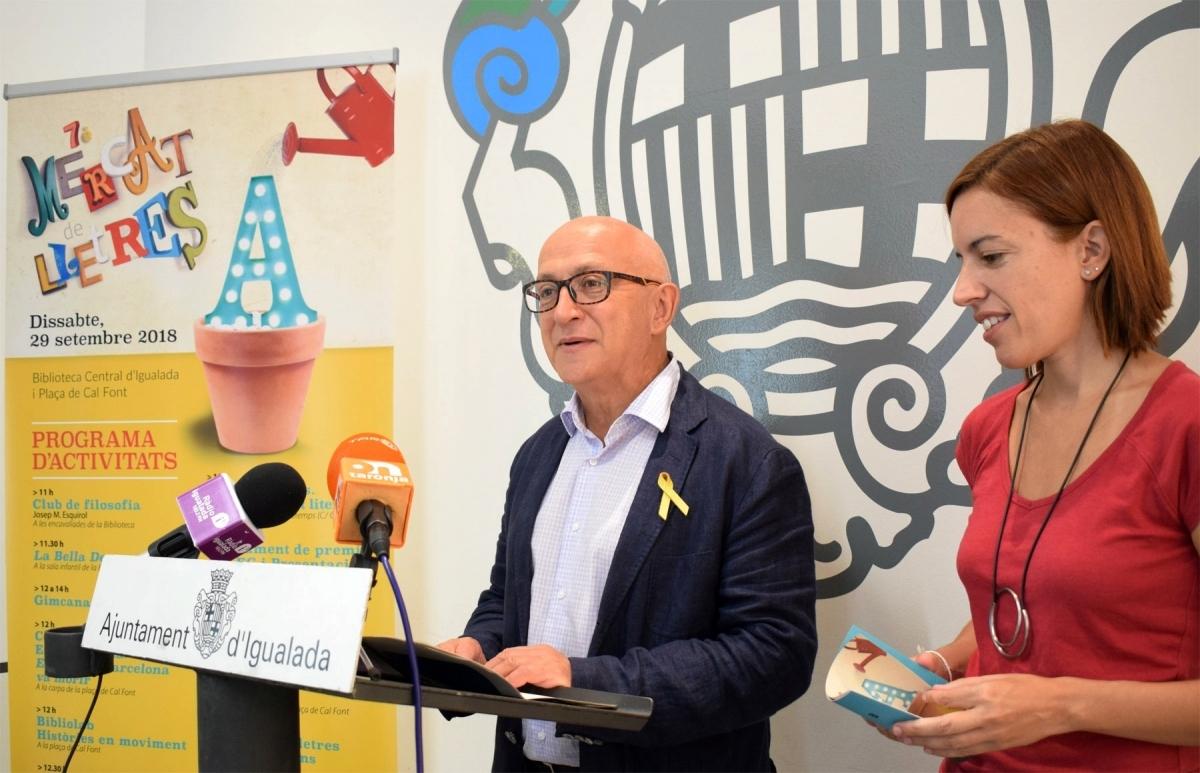 Pere Camps i Montse Lobato, tot presentant el Mercat de Lletres