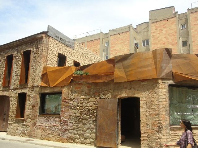 Façana del Somiatruites en ple barri del Rec igualadí