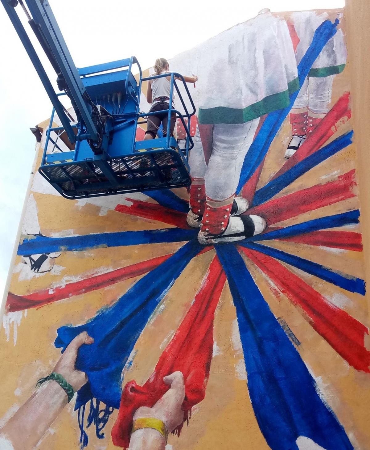 Riba, durant l'execució del mural