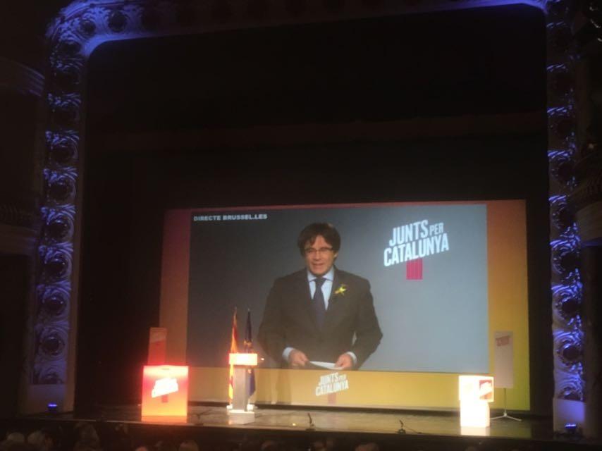 Carles Puigdemont es dirigí al públic en una connexió en directe des de Brusel·les