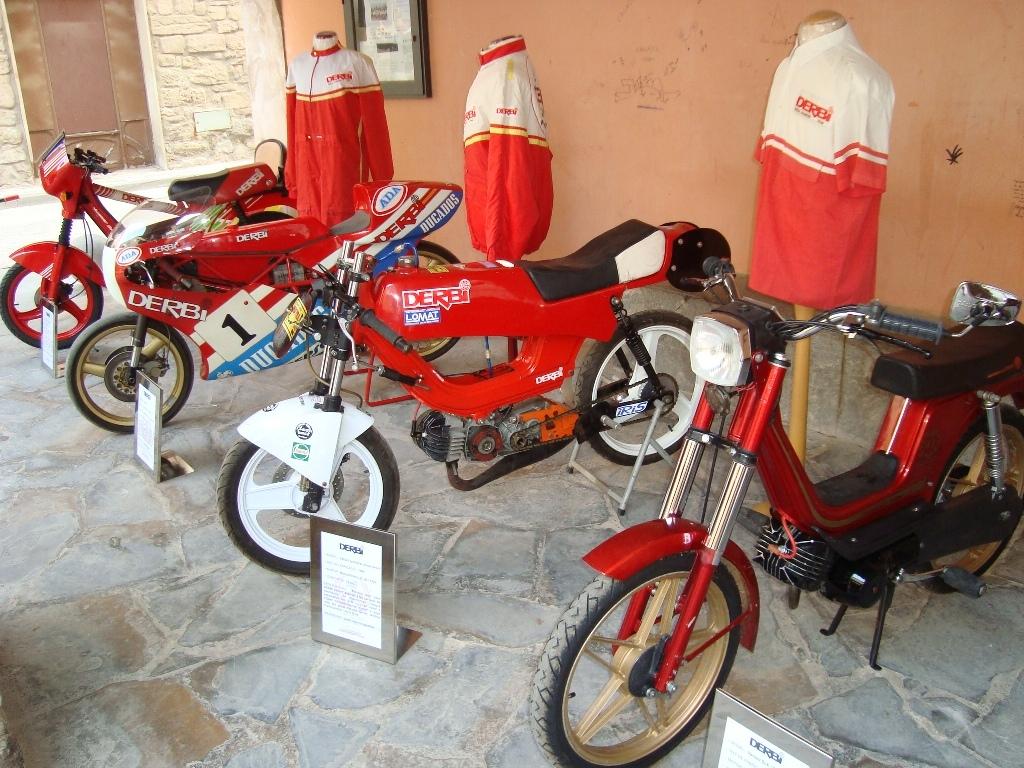 Exposició de motocicletes Derbi a la Plaça Major