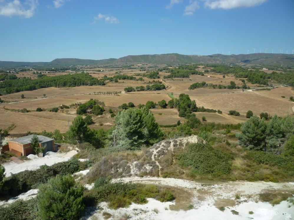 Can Morera, al fons, en una imatge presa des del turó d'Òdena