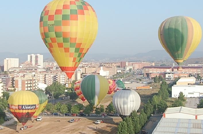 El carrer Itàlia, sobre el que s'eleven els globus a la imatge, quedarà integrat a l'entorn