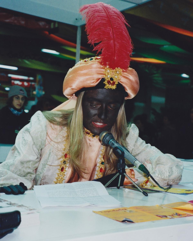 La patgessa Nasira dirigint-se als nens i nenes del Saló de la Infància d'Igualada (2001)