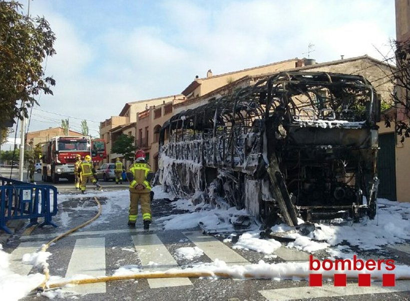 """El pèrit considera """"habitual"""" el fet que el bus cremés per complet FOTO: Bombers"""