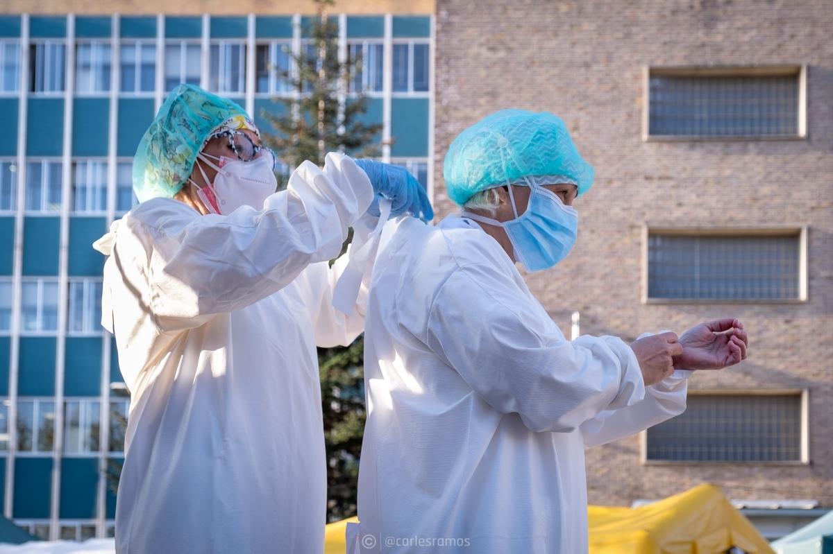 Dues sanitàries es preparen per fer atenció domiciliària (Foto: @carlesramos)