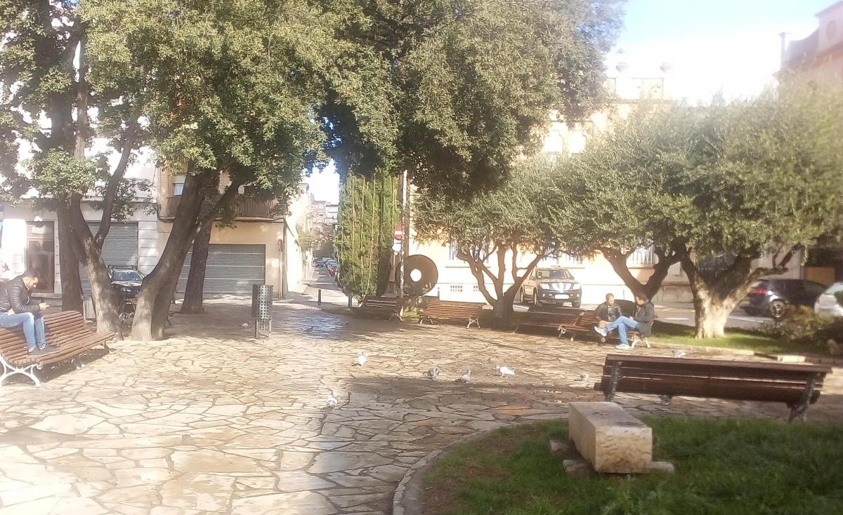 La cèntrica plaça, situada al costat de la Rambla Nova