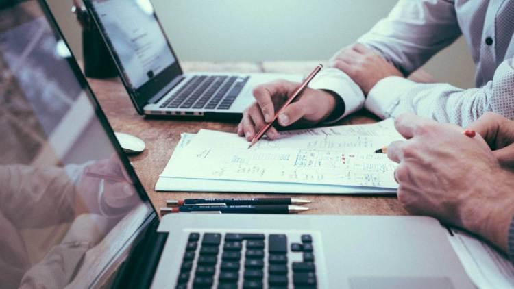 Les persones contractades duran a terme tasques administratives