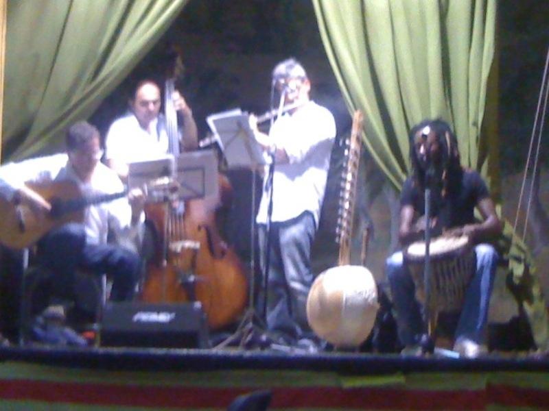 El músic senegalès, amb la 'cora'
