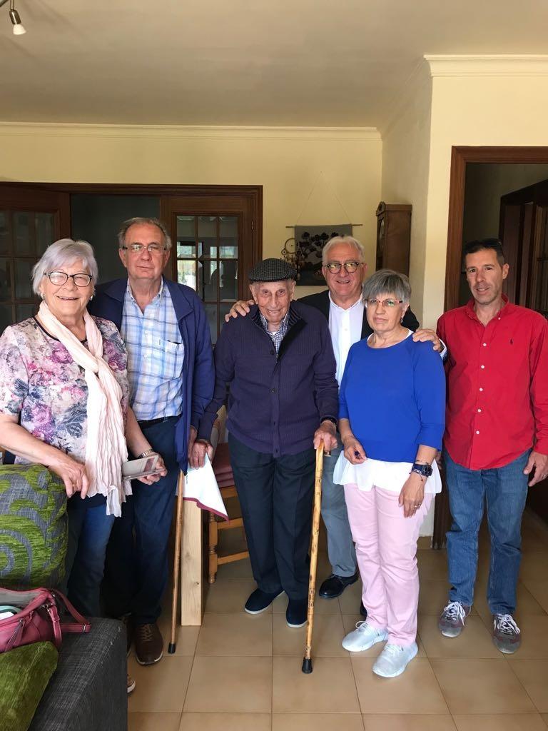 L'homenatjat, al centre, amb els representants polítics i la seva família