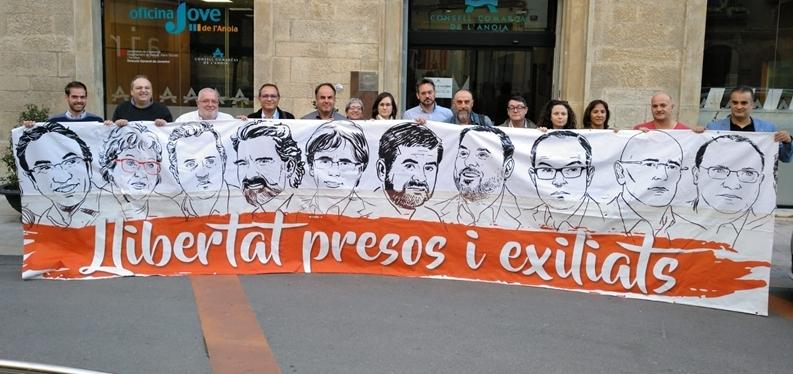 Els representants dels partits sobiranistes al Consell, amb una pancarta davant la seu