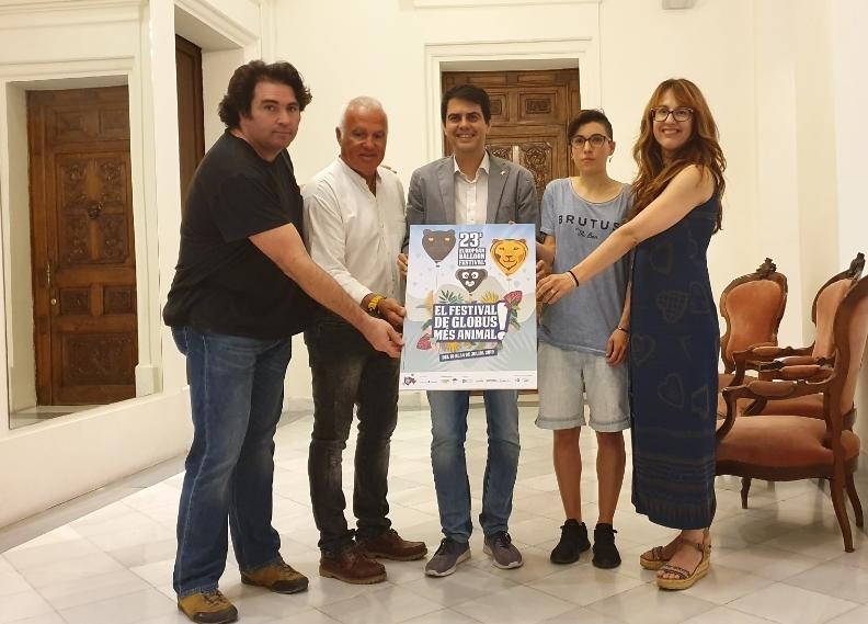 Enrich, Rodríguez, Castells, Costa i la regidora Patrícia Illa, amb el cartell