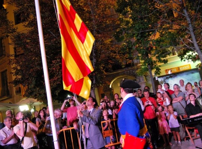 El batlle Marc Castells, hissant la bandera en una edició anterior de la festivitat a Igualada