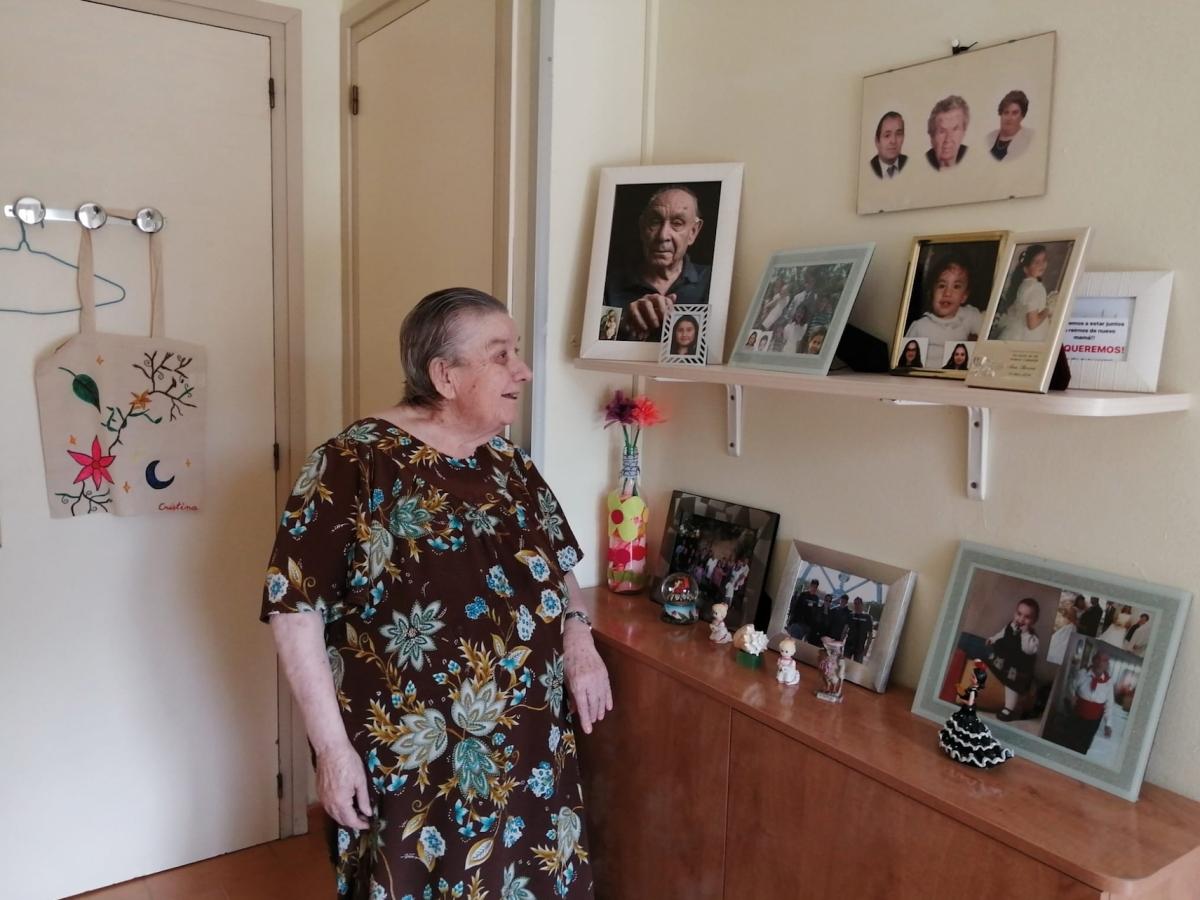 L'habitació de la Cristina a la residència és plena de fotografies i records de la seva família.