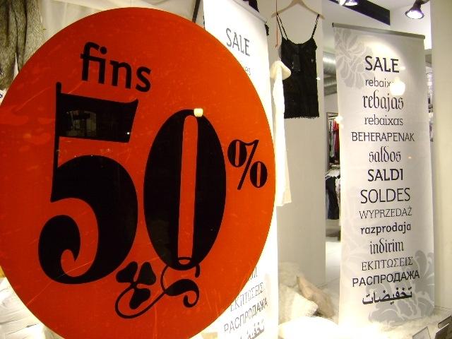 Els aparadors igualadins llueixen eslògans de promoció comercial.