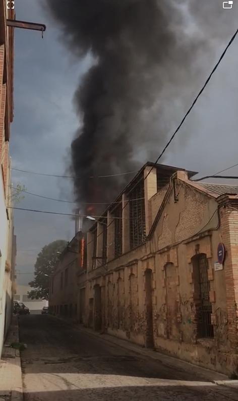 El foc, en una imatge presa des del mateix carrer Sant Antoni FOTO: Manel López