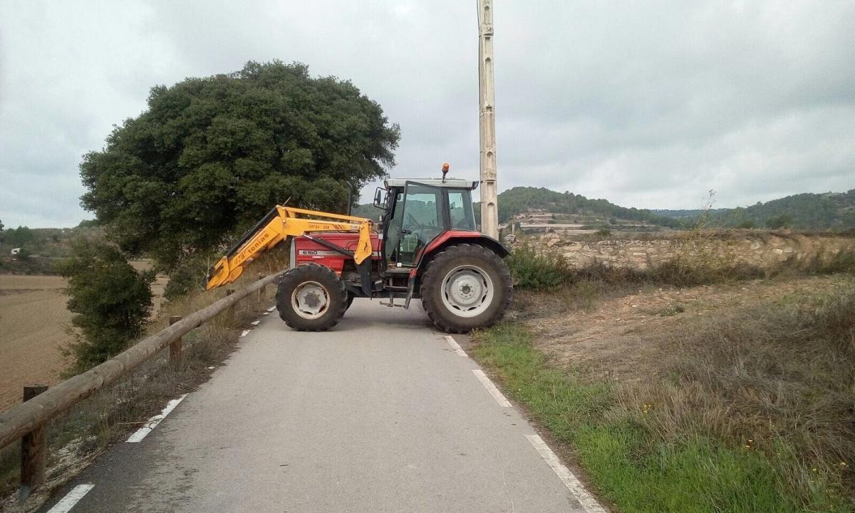 Tractors tallant l'accés a col·legis a Sant Martí de Tous i Copons