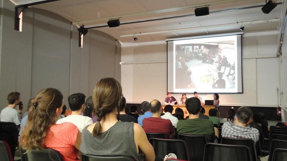 Vista del públic de l'acte a l'auditori del Museu de la Pell