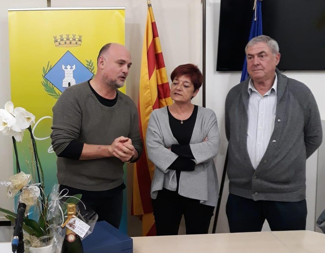 La secretària homenatjada, entre Joan Serra i Jesús Brugués