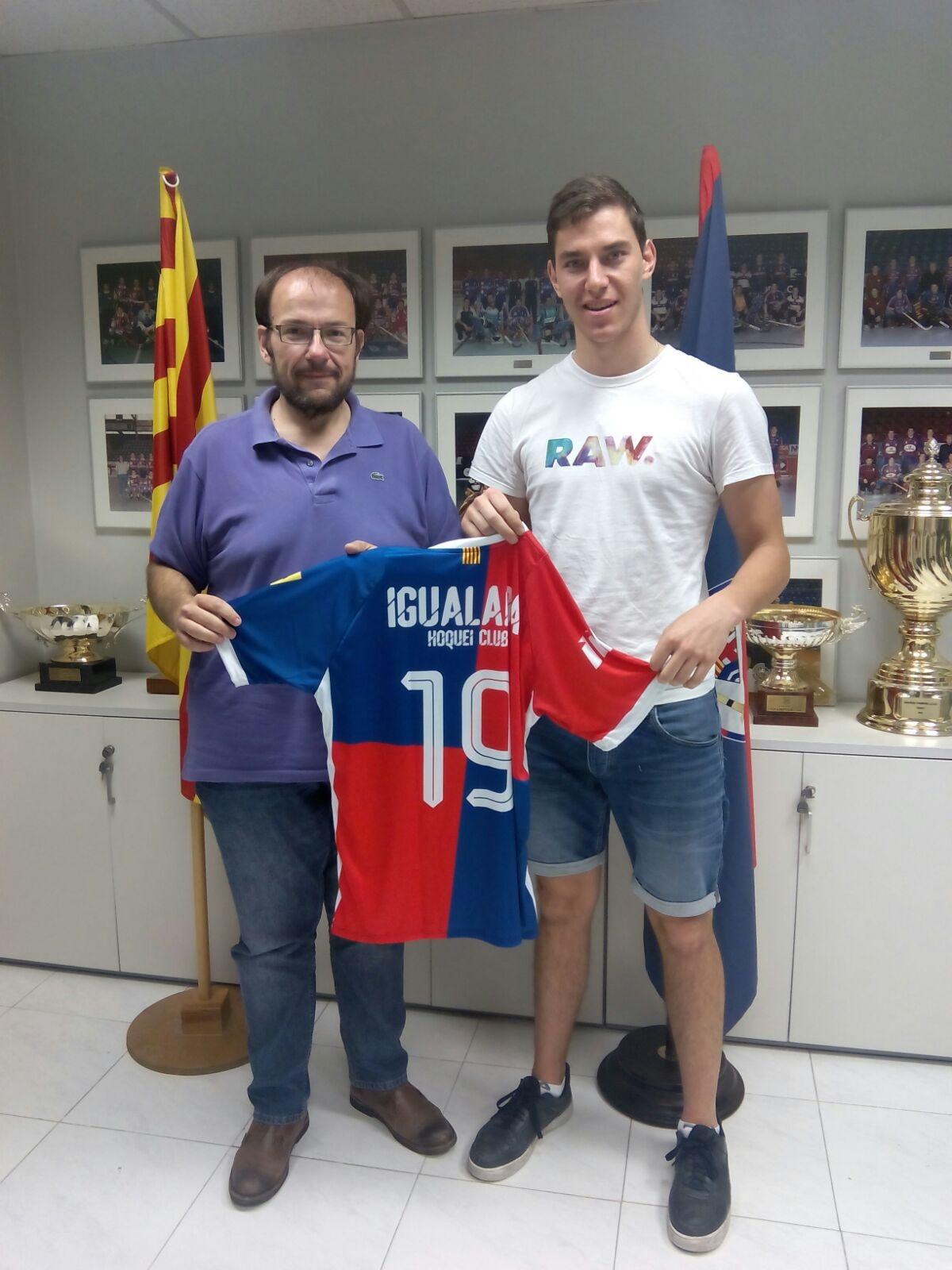 Manel Burón, amb el jugador, en la firma del contracte