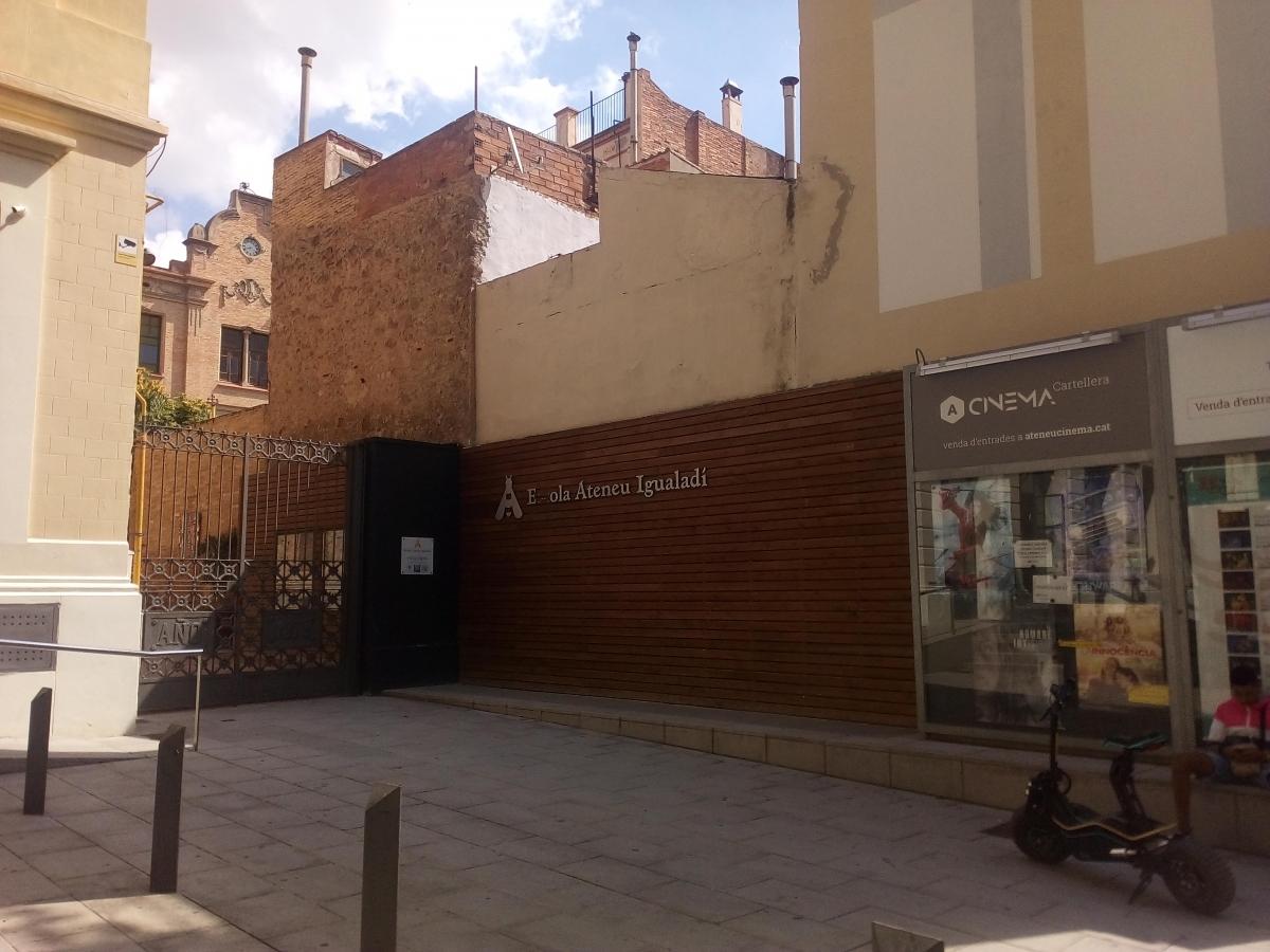 L'accés a l'Ateneu pel carrer Sant Pau d'Igualada