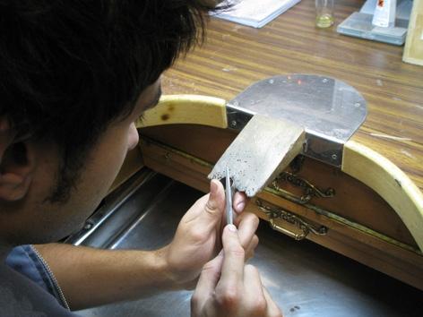En Jordi treballant al taller
