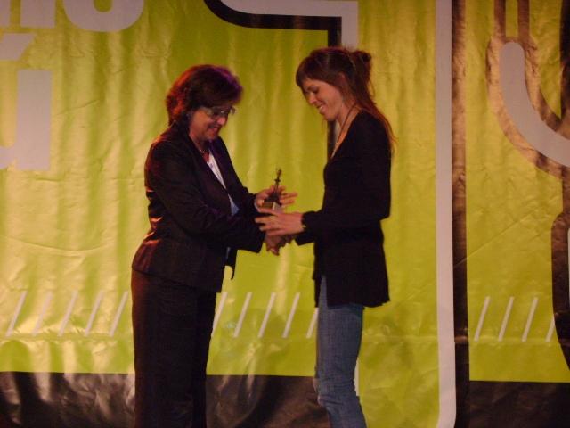 Laura Orgué rep el guardó de mans de la tinent d'alcalde Montserrat Mateu