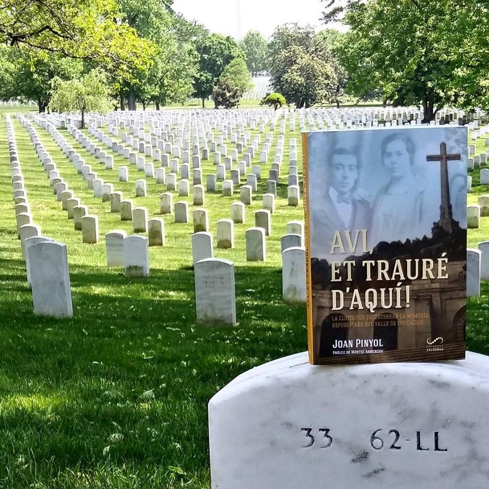 El llibre, en una imatge al cementiri d'Arlington