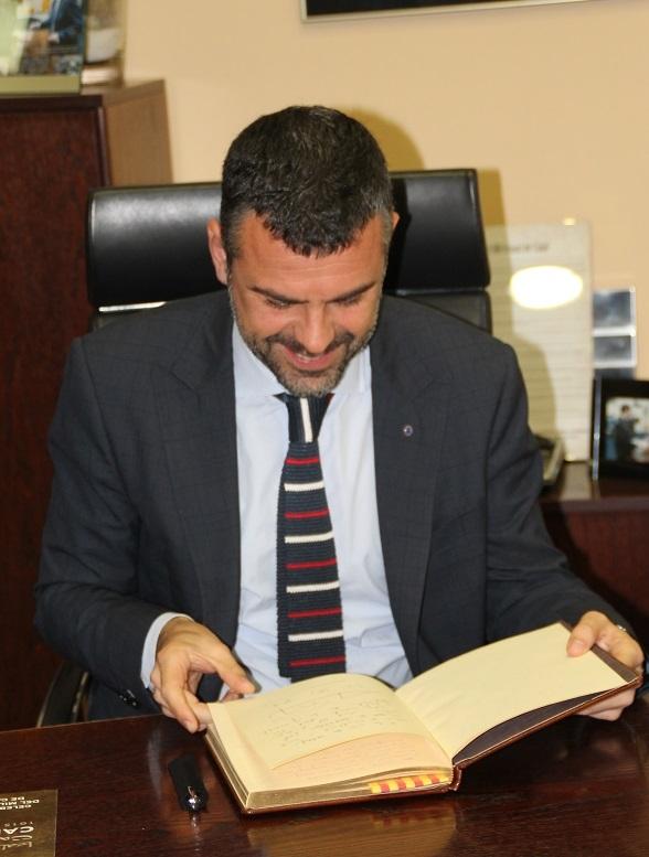 Vila va signar el llibre de visites del Mil·lenari de Calaf