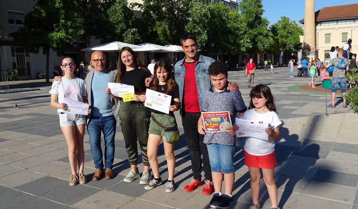 El director de la Mostra, Pep Farrés, i el regidor de Cultura d'Igualada, Pere Camps, amb els joves guanyadors