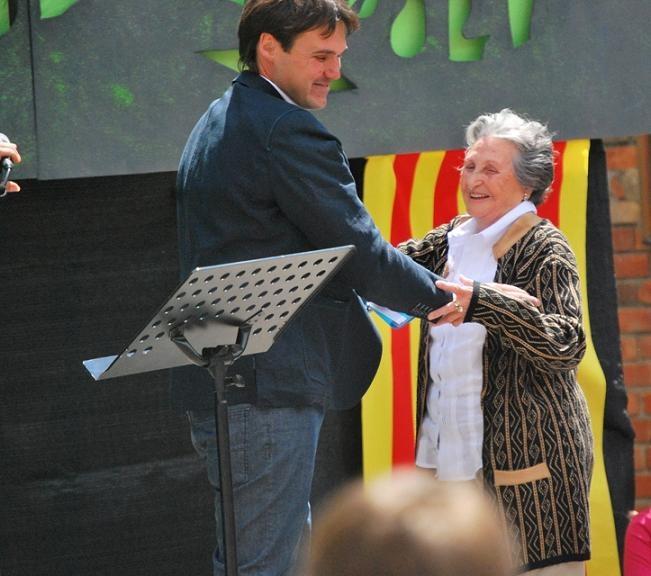 El director va rebre a Rosa Vila, fundadora de l'escola
