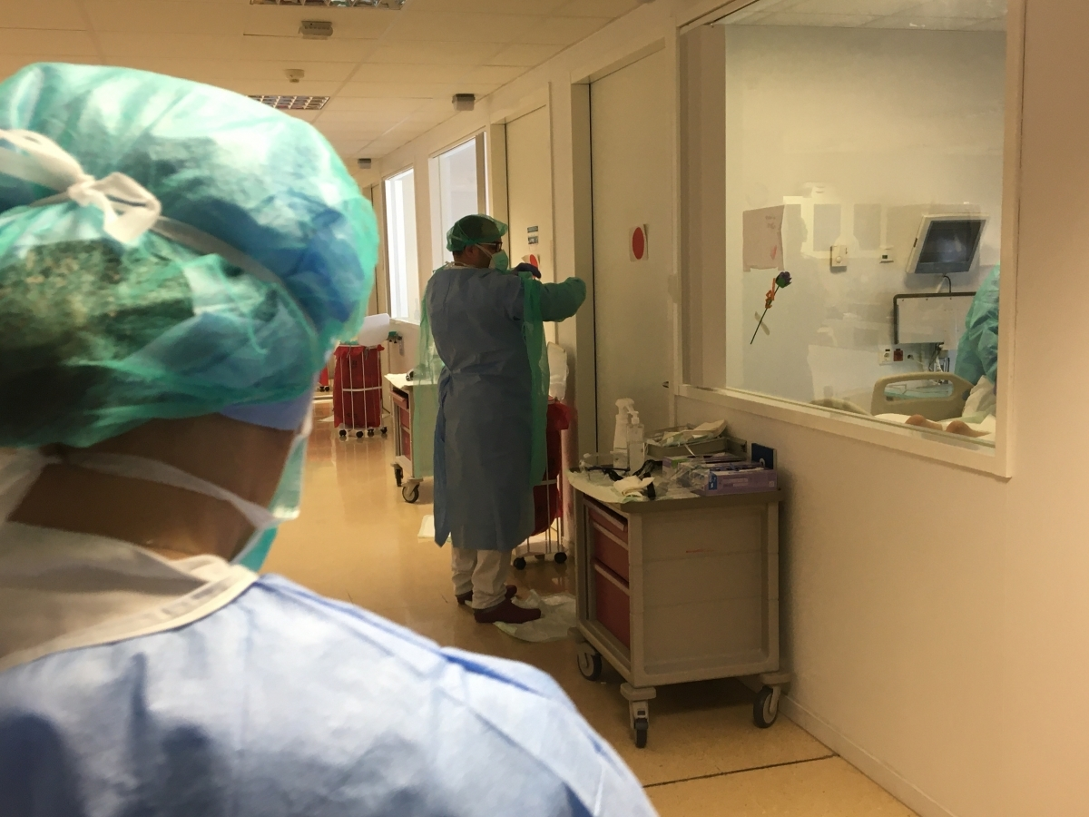 El doctor Abreu es prepara per entrar en un box de l'UCI per fer el seguiment d'un malalt crític (Foto: TCM)