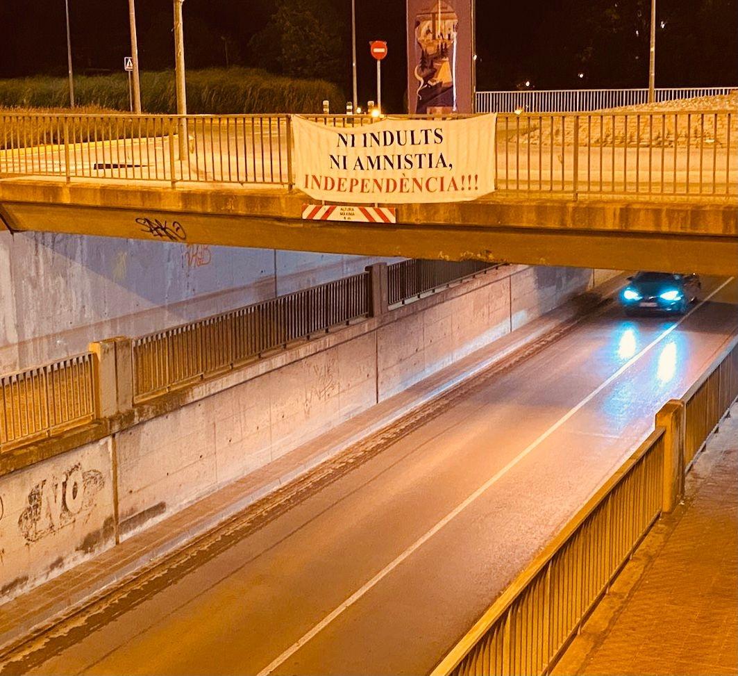 Una pancarta situada al pont de l'antiga N-2 a Igualada