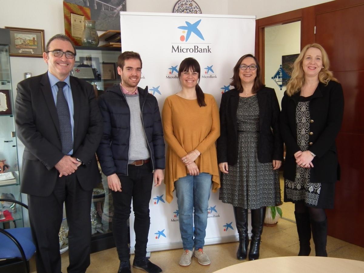 L'alcaldessa, Vanesa González, amb el regidor Jordi Barón a l'esquerra, i representants de MicroBank